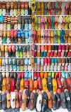 Babouches东方色的摩洛哥拖鞋 免版税库存照片