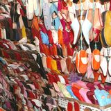 Babouches coloridos no Souk, C4marraquexe, Marrocos  Imagens de Stock
