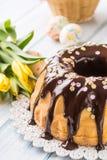 Babovka eslovaco e checo do feriado delicioso do bolo com esmalte do chocolate Decorações da Páscoa - tulipas e ovos da mola fotos de stock