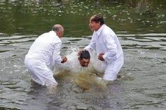 Babtism i floden royaltyfri fotografi