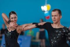 Babushin Anton och Milovidova Yana Perform Youth Latin-American Program Arkivfoto