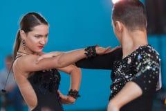 Babushin Anton och Milovidova Yana Perform Youth Latin-American Program Arkivbilder