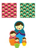 Babushka tradizionale divertente sveglio russo della bambola con il rosa sveglio ed i modelli blu illustrazione vettoriale