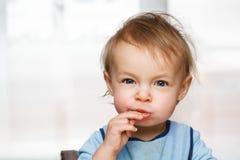 Baby äter frukt royaltyfria foton