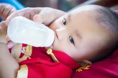 Baby-Abnutzungsrot des Fokus nettes und Goldchineseanzug am chinesischen Neujahr Lizenzfreie Stockfotos