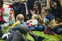 Free Baby And Mother Sensory Play Group Stock Photo - 147216460