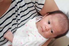 Baby angehalten von ihrer Mutter stockfotos
