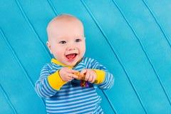 Baby auf Blau gestrickter Decke Stockfotografie