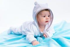 Baby auf blauer Decke Lizenzfreie Stockfotos