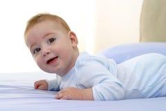 Baby auf dem Bett Stockbilder