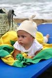 Baby auf dem Strand lizenzfreie stockfotografie