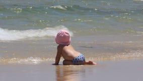 Baby auf dem Strand stock video footage