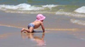 Baby auf dem Strand stock video