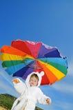 Baby auf dem Strand unter Regenschirm, Exemplarplatz Stockbilder