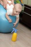 Baby auf Eignungkugel lizenzfreie stockbilder