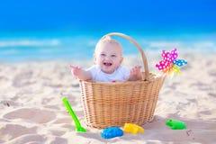 Baby auf einem Strand Stockbild