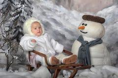 Baby auf einer Winterlandschaft Stockfotografie
