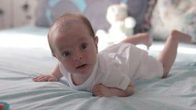Baby auf Magenspeichel stock video
