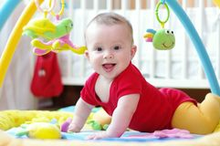 Baby auf playmat Stockfotografie