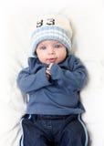 Baby auf weißer Decke Lizenzfreie Stockfotos