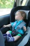 Baby in autozetel voor veiligheid Stock Foto's