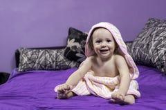 Baby bärande handduk Royaltyfri Fotografi