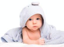 Baby in badhanddoek Royalty-vrije Stock Afbeeldingen