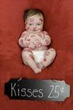 Baby bedeckt in den Lippenstift-Küssen Stockbild
