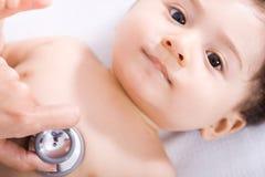 Baby bij arts Stock Foto