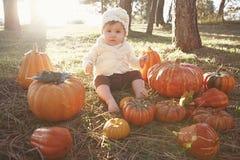 Baby bij pompoenflard stock fotografie