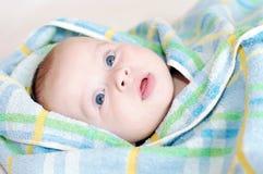 Baby in blauwe handdoek Stock Fotografie