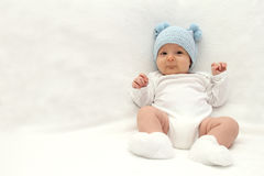 Baby in blauwe hoed Stock Foto's