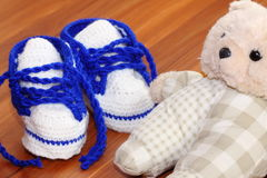 Baby shoes and bear Royalty Free Stock Photos