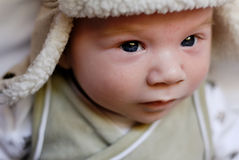 Baby in bont gevoerde hoed stock afbeeldingen