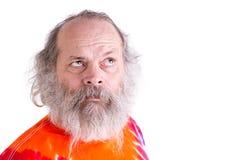 Baby boomer avec son T-shirt de colorant de lien, recherchant pensivement le Se Images stock