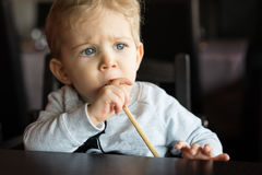 Baby am chinesischen Restaurant Stockfotos