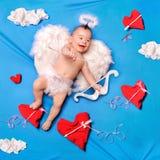 Baby cupid met engelenvleugels stock foto's