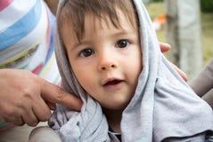 Baby darunterliegend Stockfoto