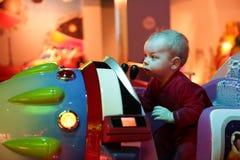 Baby, das Arcade-Spiel-Maschine spielt Lizenzfreie Stockbilder