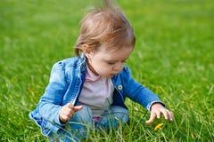 Baby, das auf das grüne Gras kriecht Lizenzfreie Stockfotografie