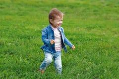 Baby, das auf das Gras geht Lizenzfreie Stockfotos