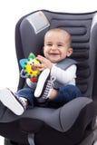 Baby, das auf dem Autositz des Kindes, lokalisiert sitzt Lizenzfreies Stockfoto