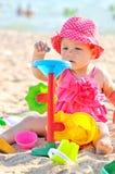 Baby, das auf dem Strand spielt Stockfotografie