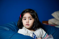 Baby, das auf einer Bohnentasche sitzt Stockfotografie