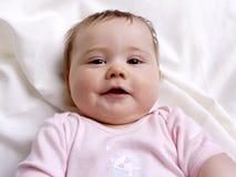 Baby, das auf einer Decke untersucht die Kamera liegt Stockfotos