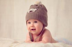 Baby, das auf einer weichen Bettabdeckung liegt stockbilder