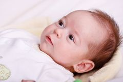 Baby, das auf einer weichen Decke und einem Überwachen liegt lizenzfreie stockfotos