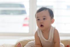 Baby, das auf Fußboden sitzt Lizenzfreies Stockfoto