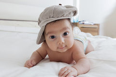 Baby, das auf seiner Front liegt Stockbild