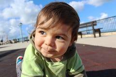 Baby, das auf Spielplatz olaying ist stockbild